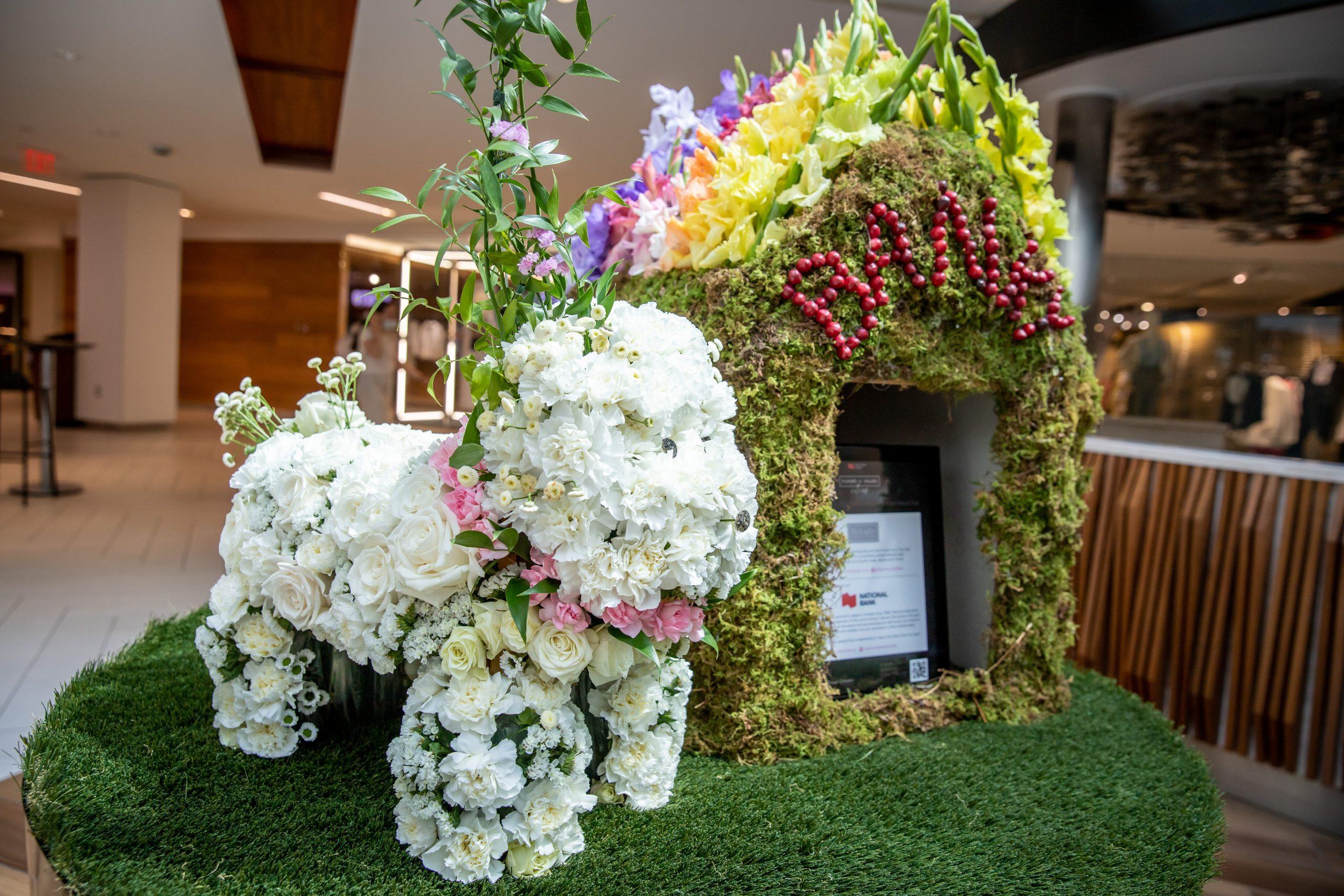 fleurs de villes chien display made of fresh white flowers